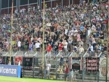 Fumogeni in curva durante Pro Vercelli-Vicenza, Daspo per 3 tifosi